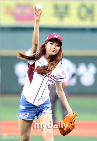 色小姐裸图_秀彬在节目中模拟开球画面,站在投手丘上脸带魅惑神色.
