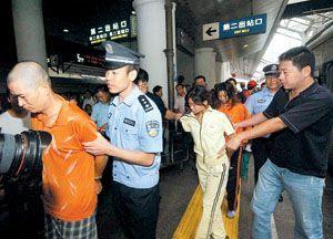 女戴手铐火车押送 图 给女囚徒戴手铐图片 女看