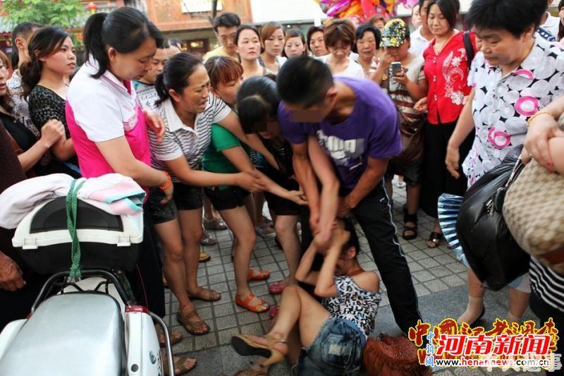 ... 被群殴扒衣_濮阳小三被打视频_地铁女子被男子揉胸