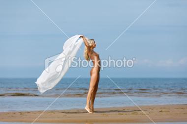 三亚海滩裸泳裸晒现象 图 海南三亚海滩裸泳 晒三亚免税店买化妆