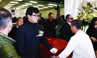 成龙刘德华谁最有钱 午马去世成龙抬棺照片 成