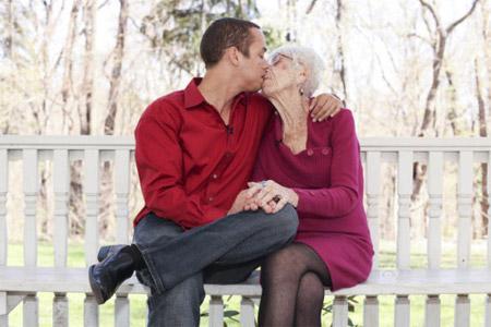 打工小伙娶50岁女人,老太小伙过夫妻生活图