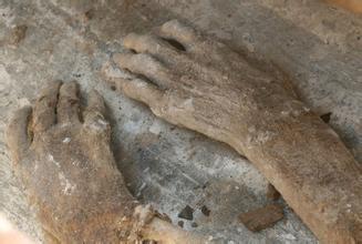 村民挖出千年人形怪村民挖出千年怪物图村民挖出千年怪物