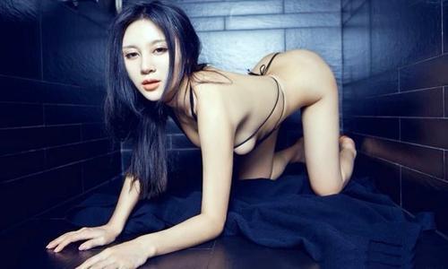 裸体彩绘美女与豪车图