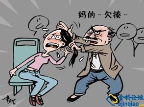 艹逼艳图_老太公交上强拽女子逼其让座,老人踢女子逼其让座,老人逼年轻人让