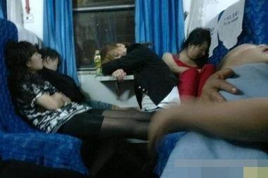 成都地铁上有一美女遭猥琐男咸猪手用手触碰大腿