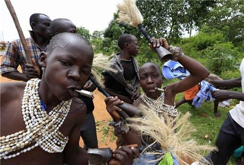 肯尼亚男孩割礼,肯尼亚男孩割礼过程,肯尼亚男女残忍血腥割礼