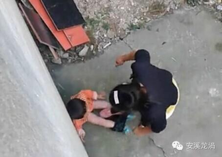 网曝女子打小孩视频 女子打小孩原因 新加坡女子鞭刑小孩
