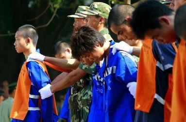 公捕公判女死刑犯枪毙视频 警察带着罪犯游街示众是不是犯法图片