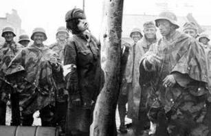 纳粹对犹太女人暴行视频二战波兰犹太女子监狱二战犹太女人太凄惨