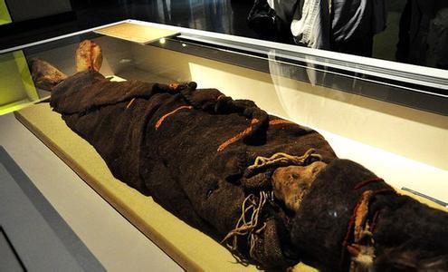 捡尸大道_女子死后16年未下葬成干尸,女子醉酒被捡尸7次,女子家中藏尸十年