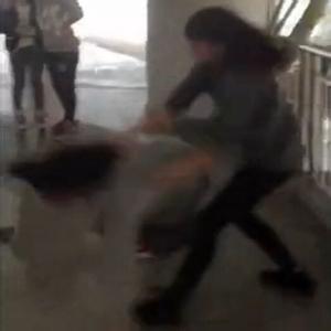 被女生群殴下跪磕头 校园女生暴力打架视频