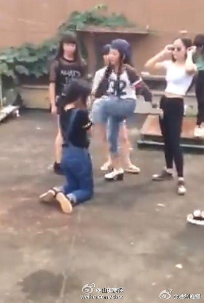 少女遭多名女生围殴 女女打架逼下跪视频