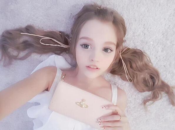 """日本芭比娃娃整容女 据悉主人公Vanilla从小性格成熟、不爱说话,总是被同学欺负,他们叫她""""铁面人"""",嘲笑她总是面无表情。回到家中,爸爸又一直嫌她丑,高中毕业后的Vanilla下决心整容。  19岁的Vanilla收获了容貌改变后带来的一系列影响:周围人对她的态度完全转变,开始夸她漂亮、可爱,她说:""""我看到的世界完全不一样了""""。她凭借对脸部30余次的""""动手"""",总共花费700万日元(约合43."""