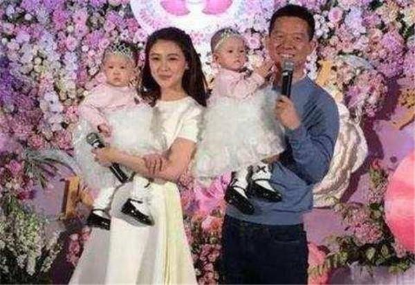 贾跃亭三次婚姻经历和前妻有孩子吗,甘薇和贾跃亭是几婚结婚照片