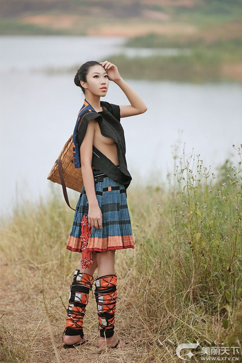 白裤瑶族女人从不穿内衣真相下身穿吗 侧面能隐约看到诱人实拍图