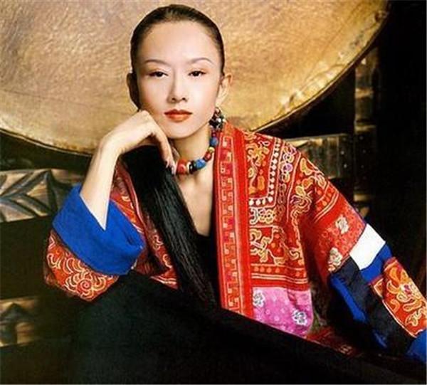杨丽萍为什么那么有钱在当地的口碑,杨丽萍吃饭都要人喂近照很老