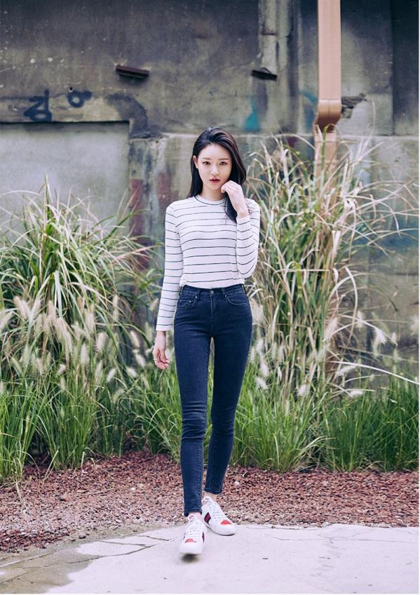 黑白条纹t恤女搭配图片下面配什么裤子 条纹元素时尚又清新