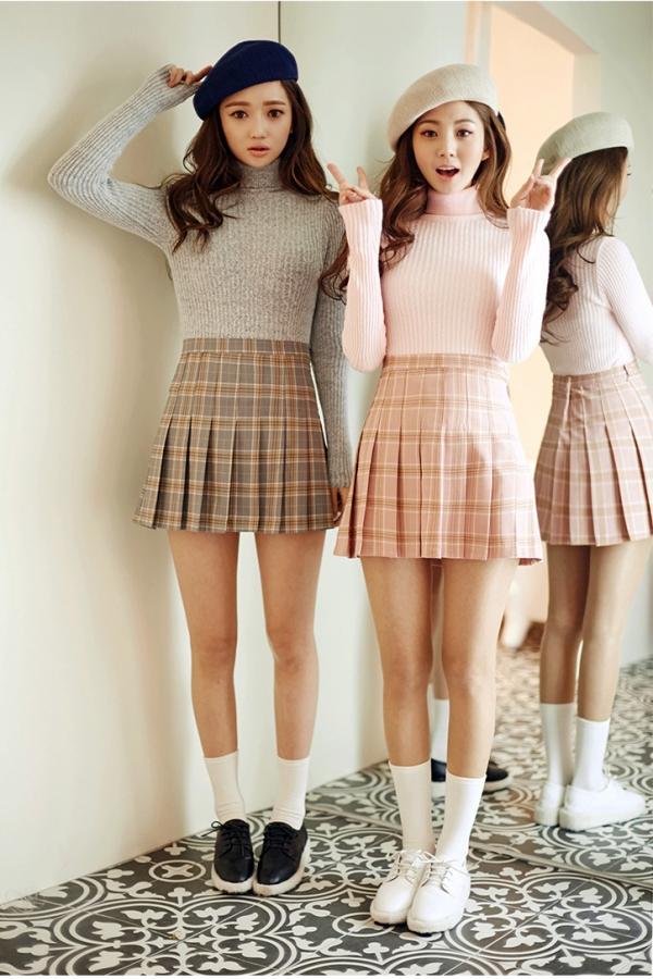 粉色,似乎能让人味道甜美的气息,温柔又少女。少女心满满的你一定不会放过各种粉色系单品,针织衫这样舒适又温柔的上衣,遇上甜美的粉色就更加温柔甜美了。那么粉色针织衫如何搭配,配什么裙子好看呢?快来看看粉色针织衫配裙子图片吧~  粉色针织衫+蕾丝半身裙 蕾丝,优雅浪漫,既能让人充满少女心,也能富有性感女人味。粉色蕾丝半身裙,包臀半身裙的版型,性感而优雅,上身搭配粉色针织衫,面料与色彩深浅的差异让全身的粉色也很有层次感,性感甜美又高级。  粉色针织衫+百褶短裙 百褶短裙清新减龄,满满的学院风,格子百褶短裙清新甜美