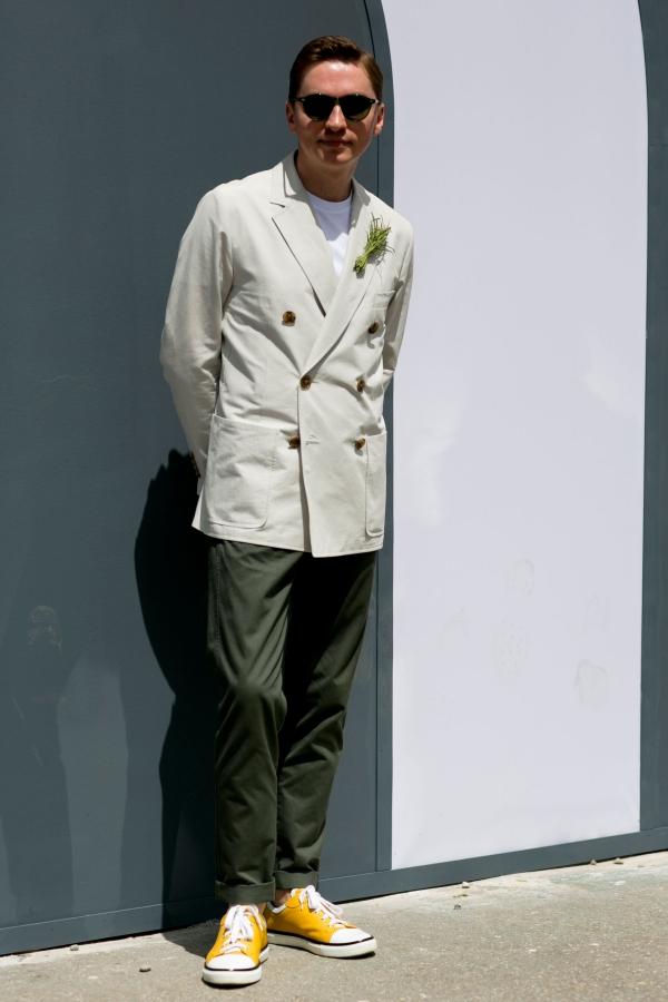 白t恤牛仔裤帆布鞋_白色外套内搭什么颜色好看配什么鞋子 型男都在这样穿白外套 ...