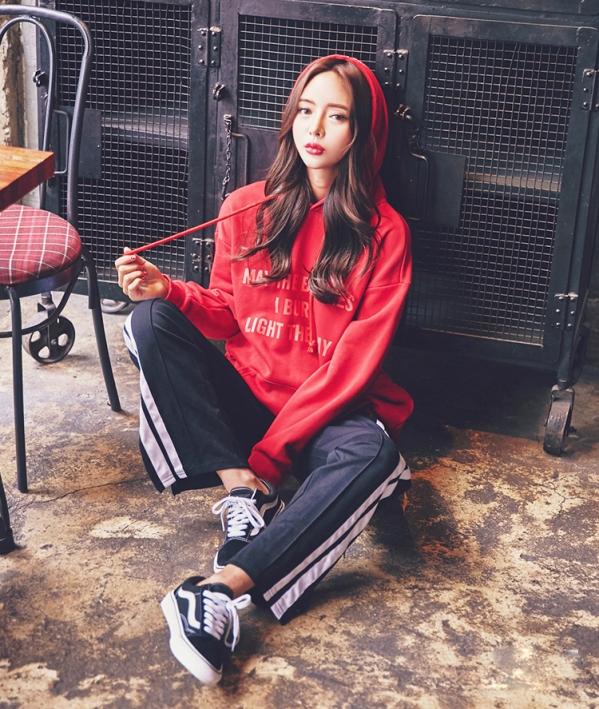 衣搭配网_女生红色卫衣搭配图片配什么裤子好看元红让你活力满满_天涯
