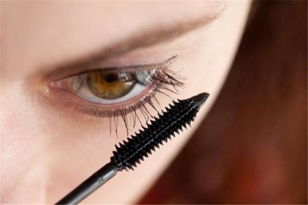 睫毛膏怎么用才最自然不晕染,教你不夹睫毛直接刷睫毛膏也能卷翘