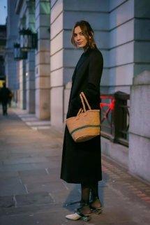 黑色大衣怎么搭配女里面穿什么好看 经典大衣的时髦穿法