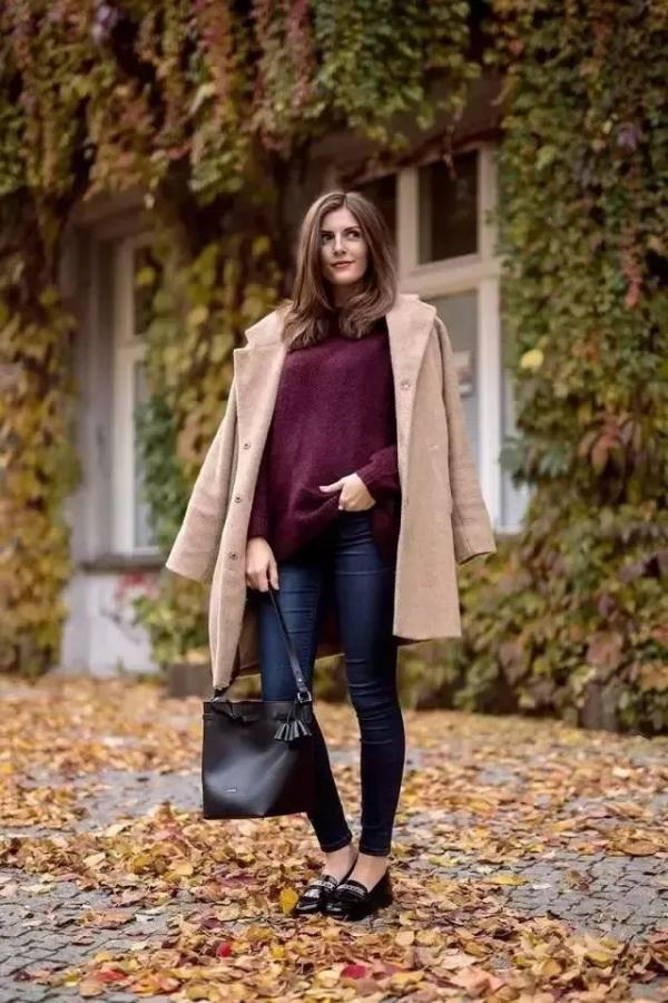 酒红色毛衣搭配什么颜色外套好看 冬季穿酒红色如何配色