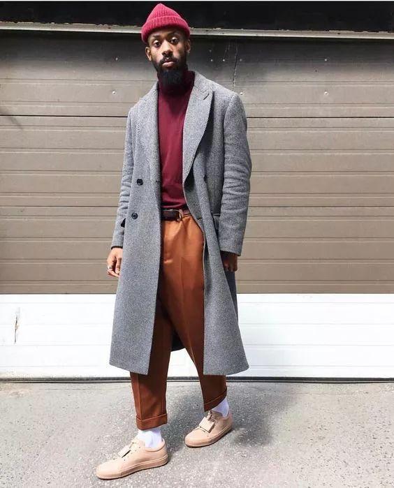 男生酒红色毛衣搭配什么外套配什么裤子 酒红色内搭这样穿