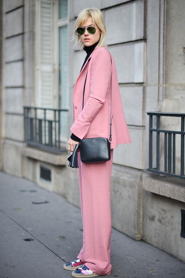 女生粉色西装搭配图片配什么鞋子 穿得粉嫩却不过分甜美