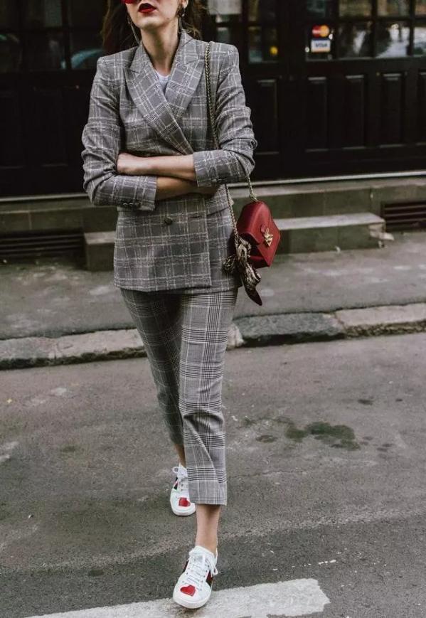 灰色格子西装搭配女配什么鞋子好看图片 这样穿最显年轻