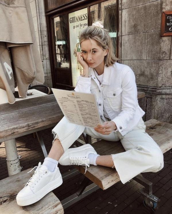 白色牛仔外套内搭什么颜色好看搭配图片 时尚减龄小清新