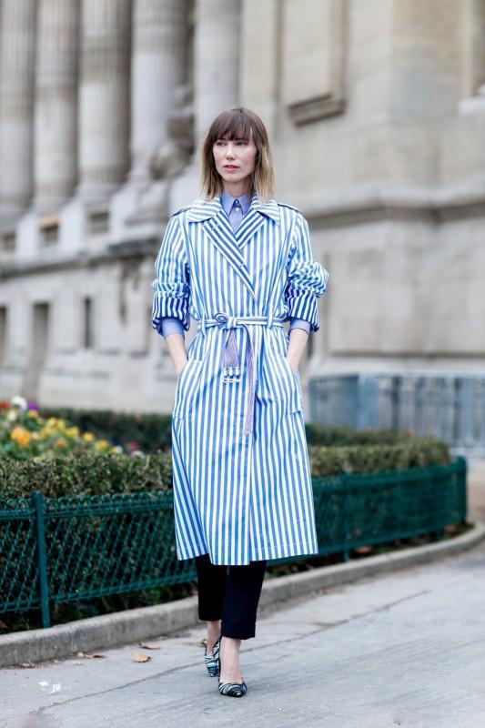 蓝色风衣搭配图片女里面搭配什么衣服 清新优雅又十分高级
