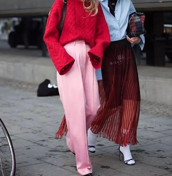 红色针织衫配什么裤子好看搭配图片 彰显春日的热情与活力