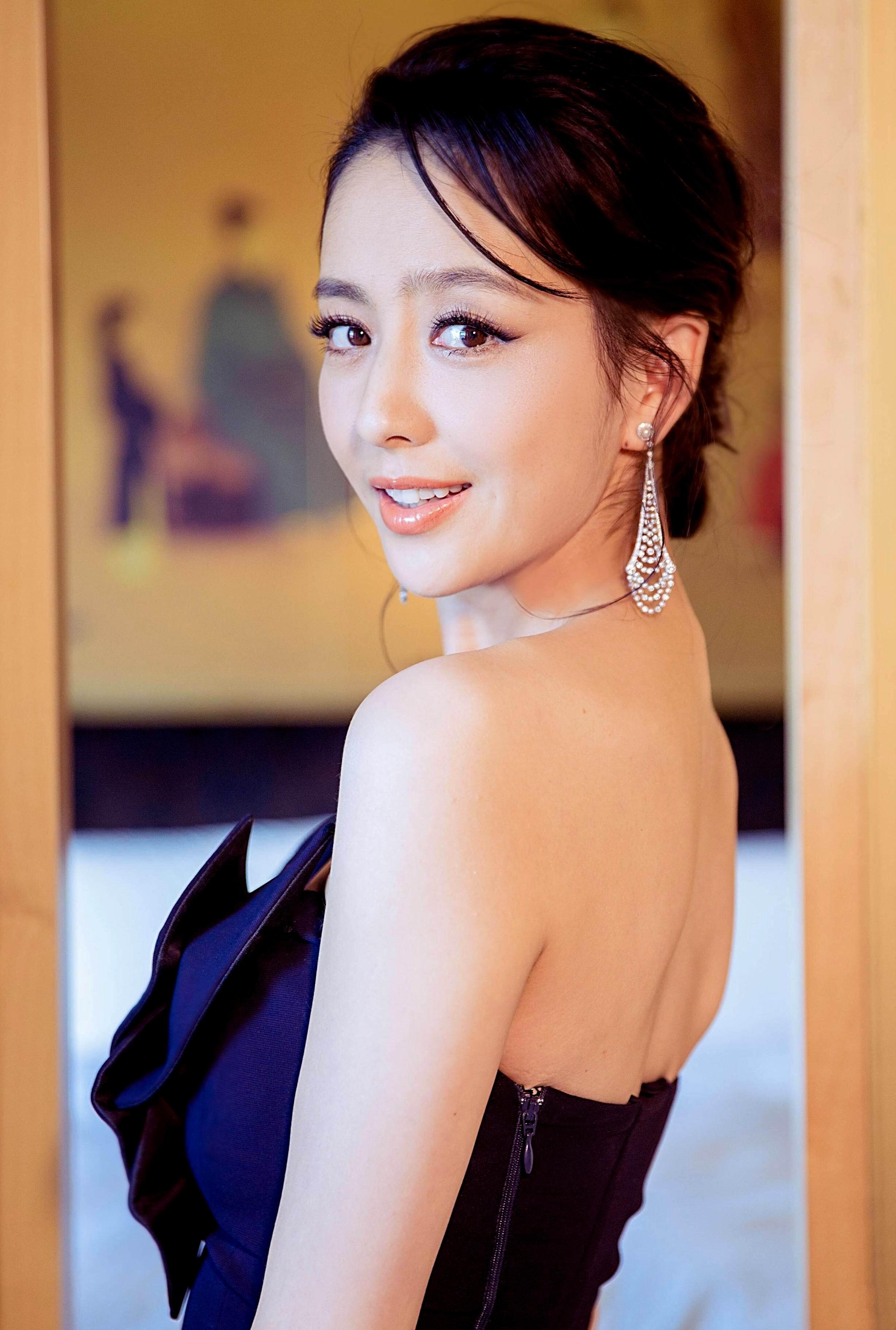 新疆第一美女明星不是迪丽热巴?新疆第一美女居然是不起眼的她?