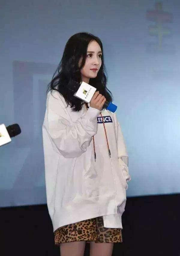 2019春时尚卫衣这样穿,2019最时尚的穿搭杨幂教你做街上最靓的仔