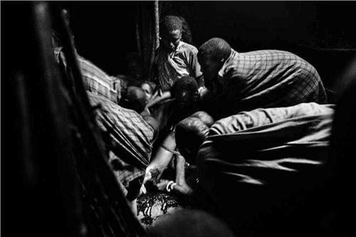 非洲女人割礼割什么地方真实操作过程图 非洲女人割礼