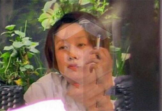 真实会吸烟的女明星吸烟图片大全 周冬雨郑爽抽烟最后一位想不到
