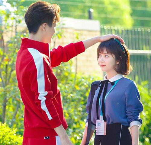 男生为什么喜欢摸女生头心理 男生很自然的摸你的头算暧昧动作吗
