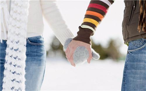 男生触碰女生手的心理 男人接东西递东西会碰你的手是在试探你吗