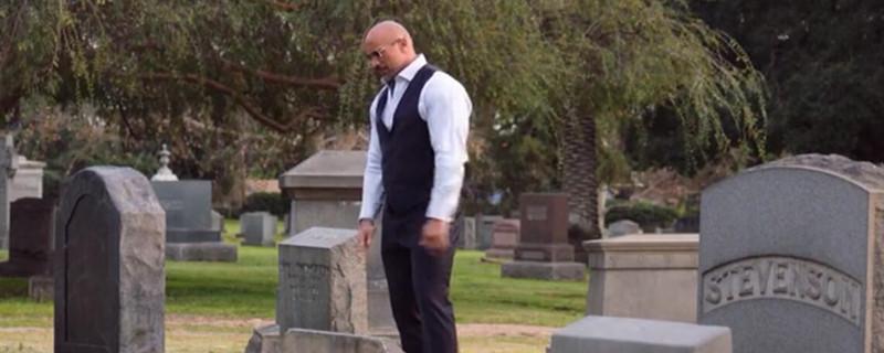 巨石强森踢墓碑那是什么电影