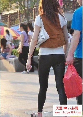 漂亮的女人穿竟只穿打底裤!走起路来啥都暴露了