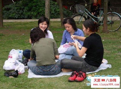 抓拍草地上打牌女人的不雅一幕!